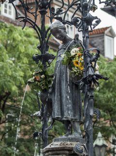 statue gänseliesel göttingen travelling fontaine