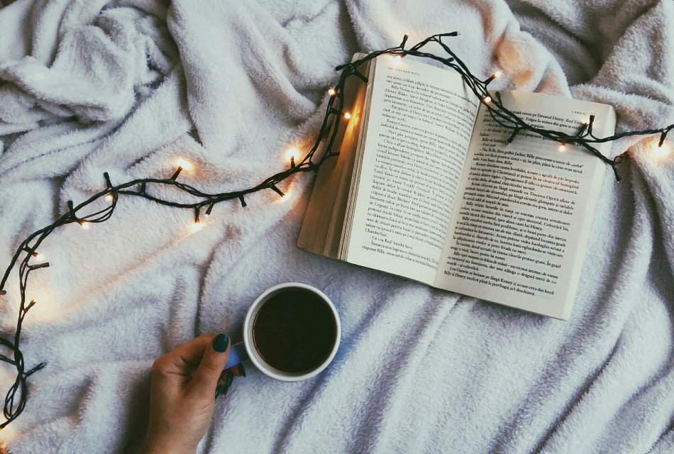 What a great way to start the day.❤️🍵❄📚 . . . #photography #flatlay #book #coffeetime #coffee #light #christmaslights #instalike #instadaily #lights #picoftheday #white  #seekthesimplicity #theeverygirl #fromabove #pursuewhatislovely #flatlaysquad #flatlaythenation #flatlaystyle #flatlayoftheday #flatlayforever #whywhiteworks #whiteaddicted #whitearoundus #whiteinframe #mywhitetable#workspacegoals #handsinframe