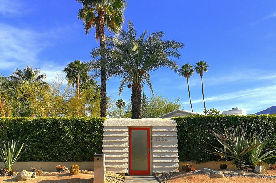 Orange door. #palmsprings #midcentury #midcenturymodern #midcenturyhome #desert #palmtrees #orangedoor #orange