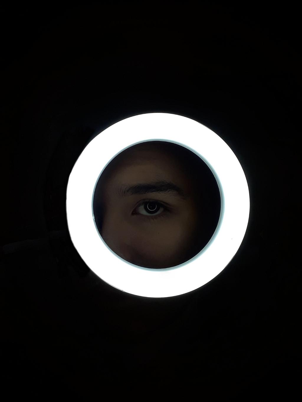Sólo sé que hay algo brillando en mí.  #ojos  #luz  #brilla  #lights  #serious  #black #white  #blackandwhite  #circulo