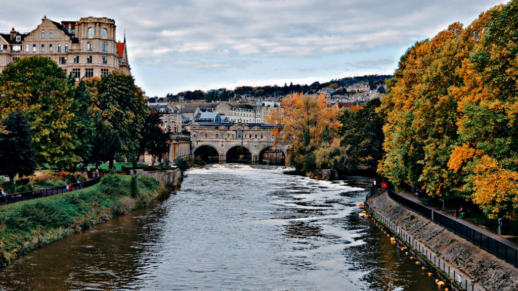 Pulteney Bridge on River Avon, Bath #england #bathengland #uk #river #riveravon #bridge #fall #autumn #autumncolors #autumnleaves #clouds