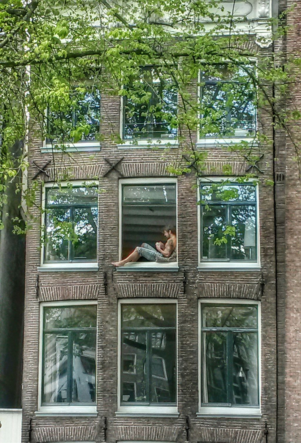 THANKS TO ALL MY FRIENDS FOR MAKING ME REACH #4 ON THIS CHALLENGE!!! 💞🤗 CAUGHT THIS GUY AT THE WINDOW AS I WAS WALKING IN AMSTERDAM  #amsterdam #people #window #myphoto #mypicture #pcsomeoneinawindow #someoneinawindow