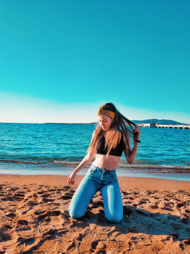Enjoying first days of 2020 under the sun🧡💛🍊🍋☀️ really happy to take a break from work and spend some chill days resting, hanging out with friends and family💛 Let me know how your 2020 started? #sun #warm #happy #2020 #newyear #girl #chilling #ocean #sea #water #beach #sunshine #blue #sky  #freetoedit