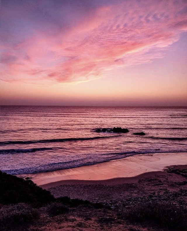 That magical moment between #daylight and #darkness ... #twilight #endoftheday #atthebeach #beautifulscenery #coastline #cliffside #lookingdown #beautifulview #peaceful and #quitemoments #lastlight of #theday #shadesofpink #calmwaves #horizon #ourbeautifulworld #nature #beachphotograohy  #freetoedit