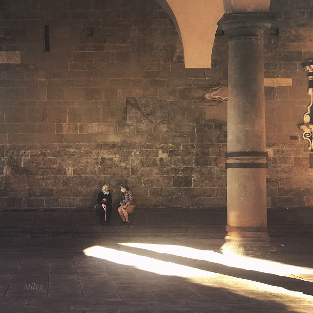 """""""Afternoon chats"""" . """"Chiacchere pomeridiane"""" #Bergamo❤️#Italy #myphoto #shotoniphone #photography #italianlife #ladies #people #ancientcity #ancientarchitecture #medievalarchitecture #sunlight #sunbeams #summer #italia"""