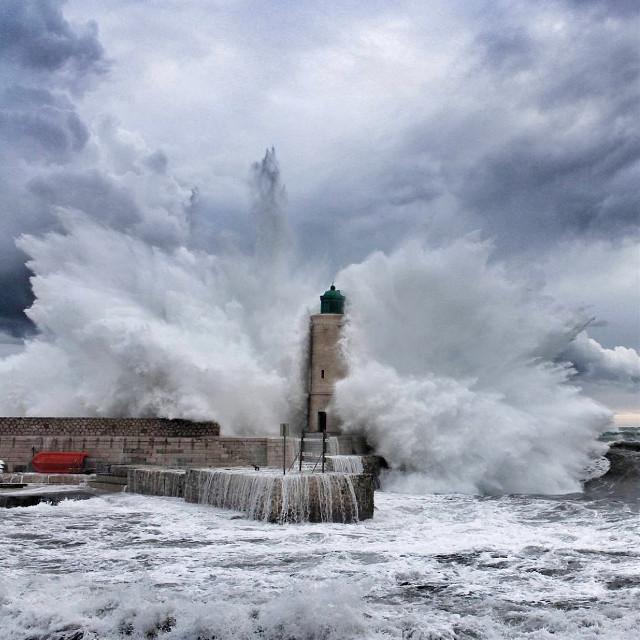Le phare de Cassis subissant les assauts incessants de la Méditerranée en furie. #cassis #phare #lighthouse #sea #waves #wavebreaker #storm #stormclouds #cloudporn
