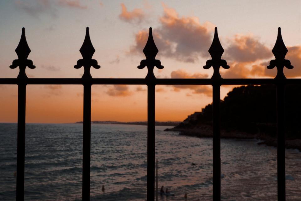 Atardecer enjaulado 🌇 🔒  #sunset #photography #summer #beach #orange #2020 #beautifulbirthmarks #HappyWeek #perfect #road #Catalonia #spain #picsart #fotografia #photo #black #freetoedit #Olympus #people #water #sun #orange #orangesky #sky #skyscape