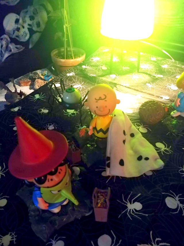 Goodnight...Noches... 💕🎃👻😘 Nutrimos nuestra creatividad cuando liberamos a nuestro niño interior.  Déjalo correr y vagar libremente.  Te llevará a un viaje más brillante.  We nurture our creativity when we release our inner child. Let it run and roam free. It will take you on a brighter journey.  #halloween #halloweendecor #peanuts #autumn #charliebrown #lucy ##nightphotography #innerchild #fun #nurture #comicstrio #classic #americanclassic#mylife #myphotography