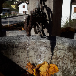 fountain fountainwater autumn autumn🍁 leaves leavesfall water drops sunny sunnydays shadows freetoedit