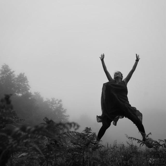 #bw #bnw #bwphotography #photography #photo_turkey #blackandwhite #jump #jumping #bnwphotography #blackandwhitephotography #happy #happiness #nature #fog #foggy