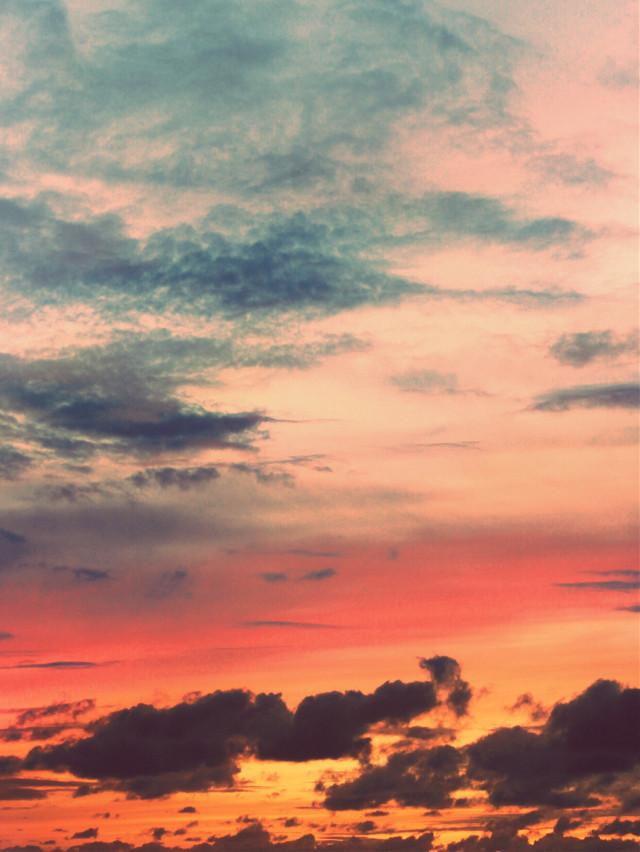 #pcnaturethroughmyeyes #nature #goldenhour #endoftheday #sunsettime #sunsetsky #skylover  #skywithclouds #rainyclouds #sunsetcolors #athousandcolors #naturesbeauty #ourbeautifulworld  #naturephotography