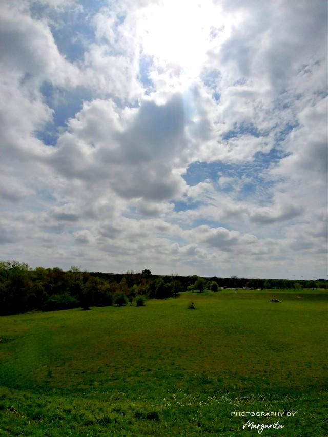 Happy weekend!  ¡Feliz fin de semana! Qué lindo cuando en tu camino se te cruzan personas positivas, optimistas, sencillas, personas que ponen el corazón en cada una de sus acciónes, que te dan todo a cambio de nada, que te acarician el alma y te enriquecen la vida. 💋😘  #weekendvibes #spring #field #nature #pastures #sky #sun #clouds #naturelover #RoundRock #Texas #photographybymargarita #myphotography